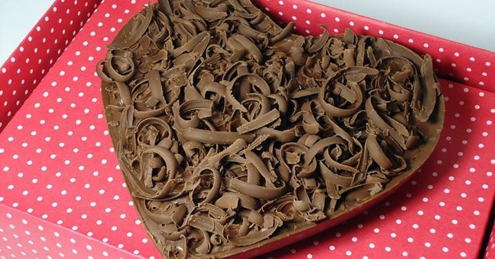 Presente de Dia dos Namorados: Coração de Chocolate de 400g com Recheio de  Brigadeiro, Beijinho, Bicho de Pé, Leite Ninho, Paçoquinha, Brigadeiro  Branco ou ...