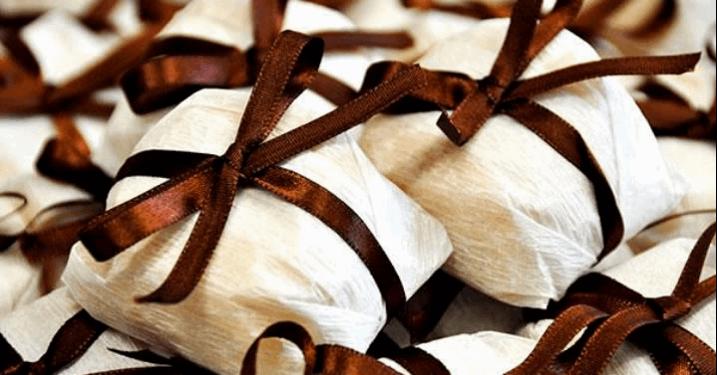 Kit com 50 Bem-Casados ou Bem-Nascidos ou Bem-Vividos embalados em crepom e cetim por apenas R$59,90!!!